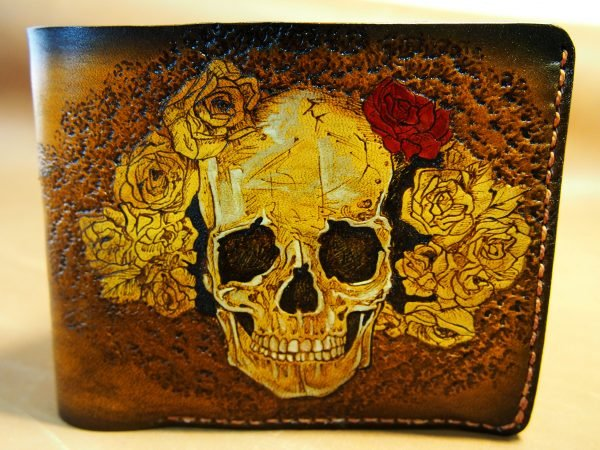 кожаный кошелек череп в венке коричневый фото
