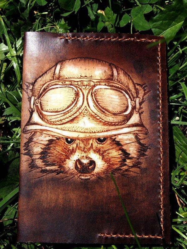 Кожаная обложка на паспорт Енот фото