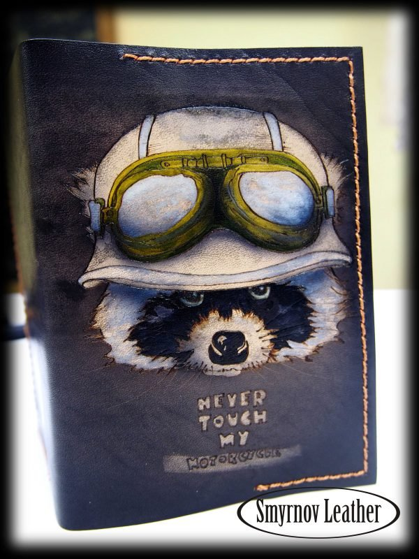 Кожаная обложка на паспорт Енот (Cobl24a) фото
