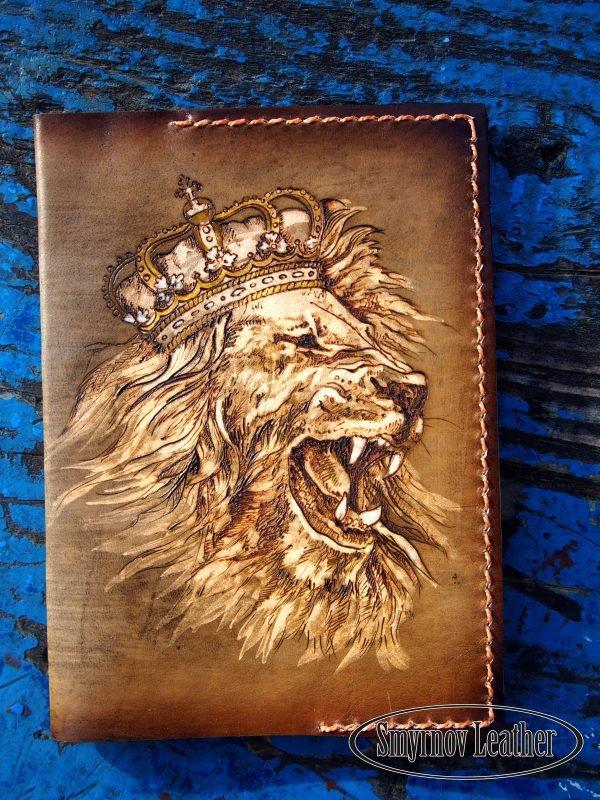 Кожаная обложка на паспорт Рычащий Лев фото