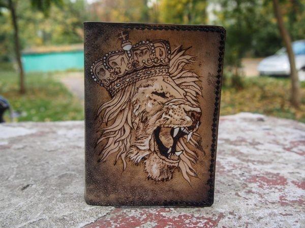 Кожаная обложка на паспорт Рычащий Лев фото 2
