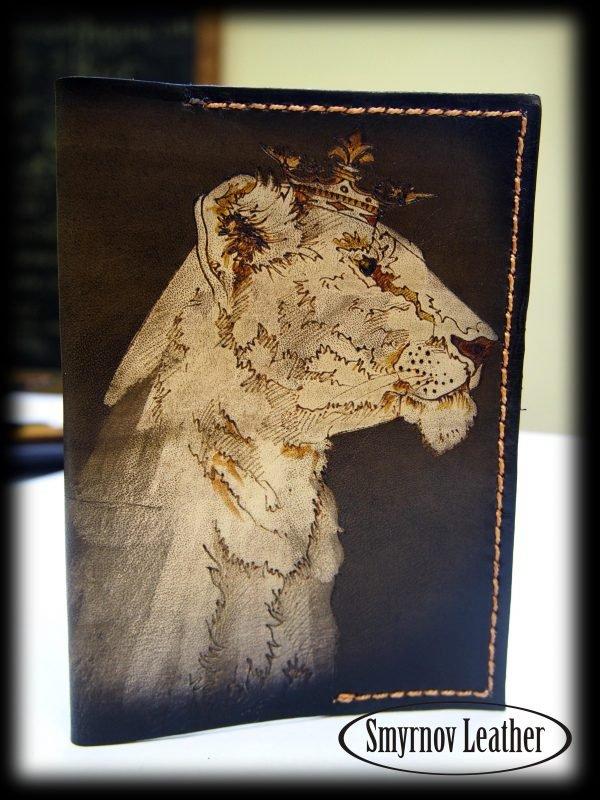 Кожаная обложка на паспорт Львица фото