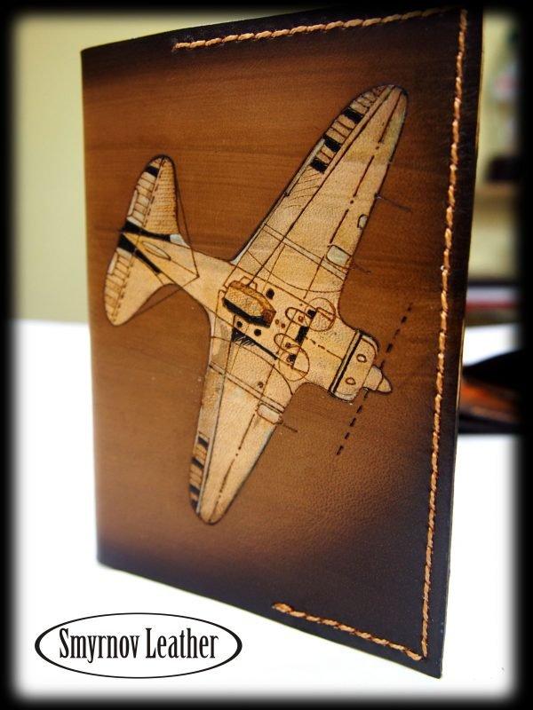 Кожаная обложка на паспорт Самолет фото