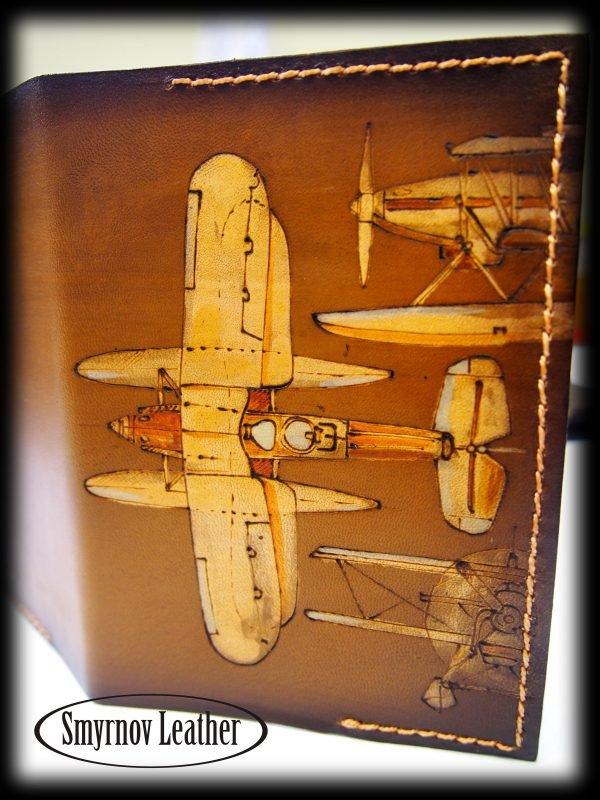 Кожаная обложка на паспорт Самолеты коричневая фото
