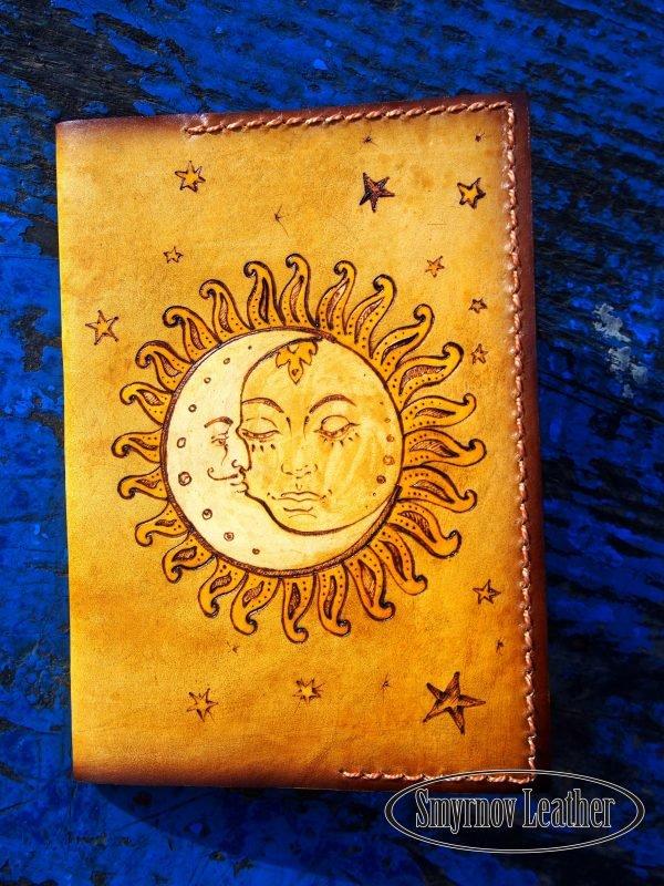 Кожаная обложка на паспорт Солнце и месяц фото