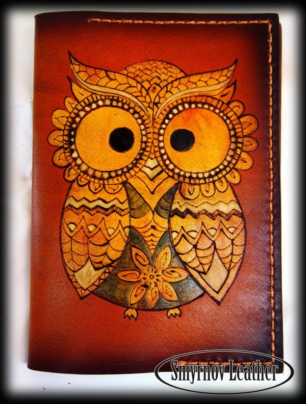 Кожаная обложка на паспорт Яркая сова фото