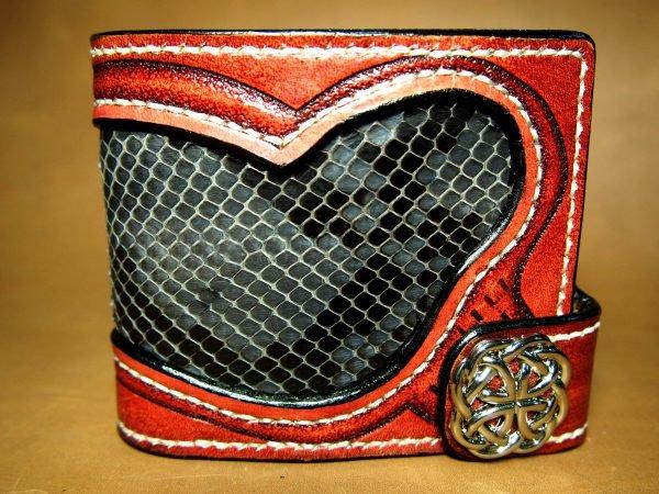 красный кошелек из кожи змеи фото
