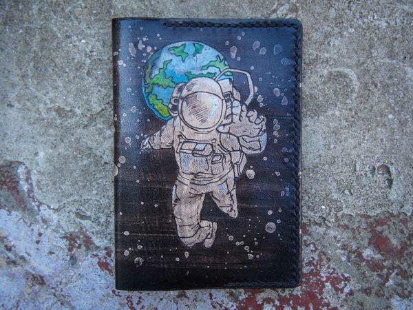 Кожаная обложка на паспорт Космонавт фото