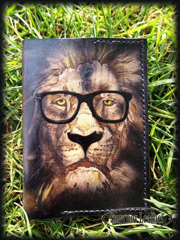 Кожаная обложка на паспорт Лев в очках фото