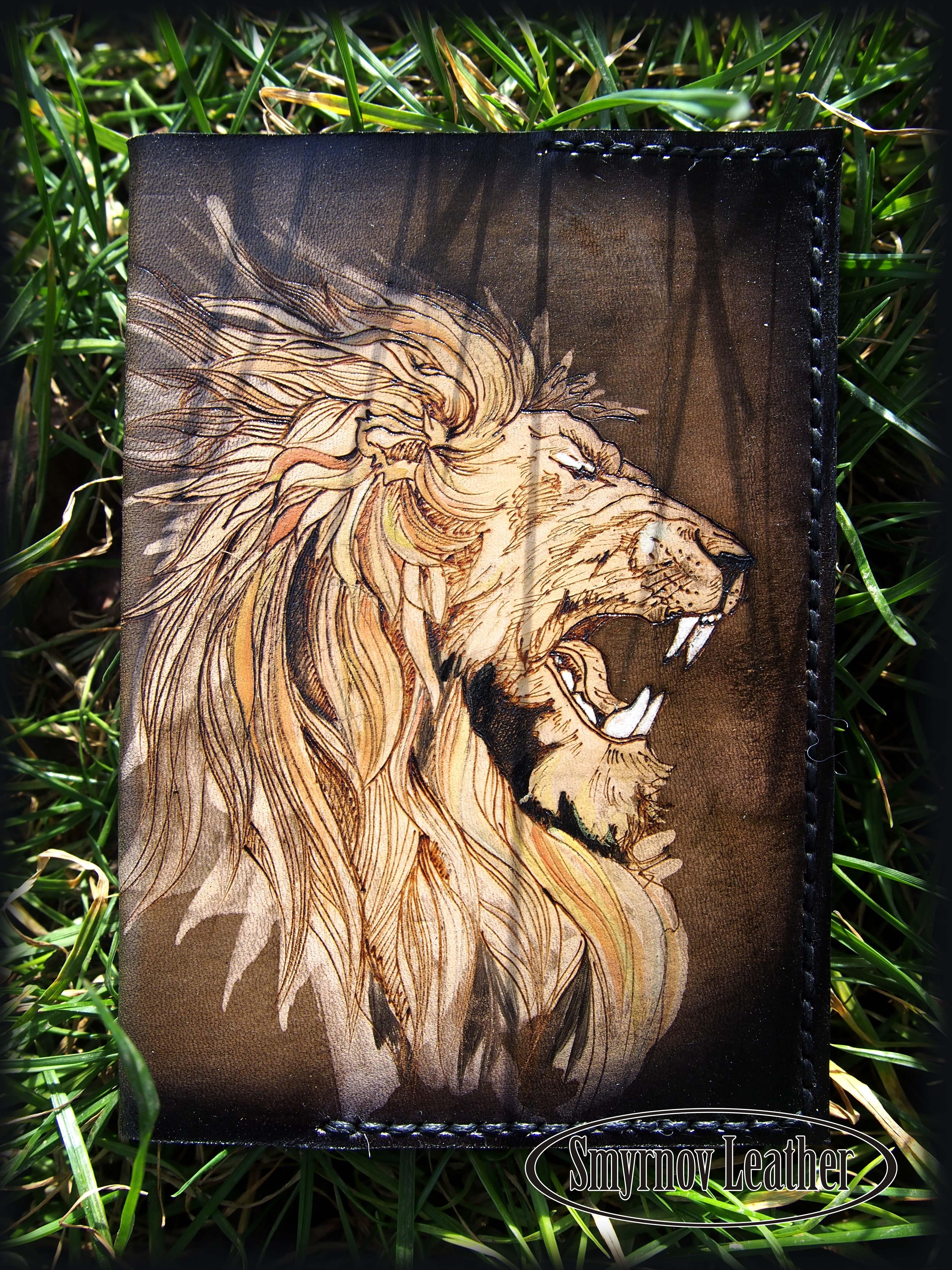Кожаная обложка на паспорт Грозный лев фото