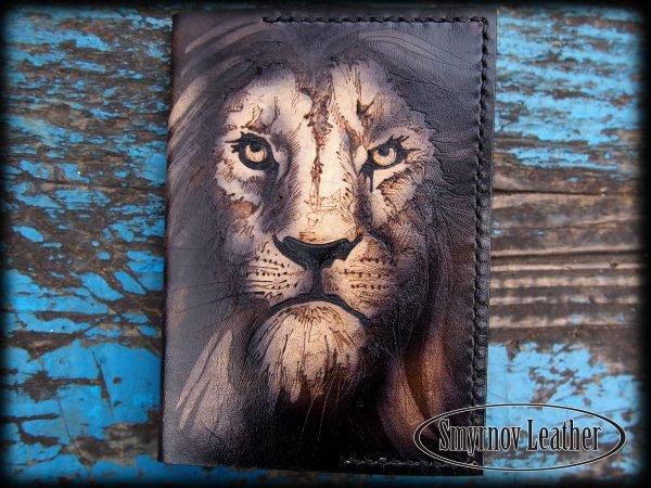 Кожаная обложка на паспорт Лев фото