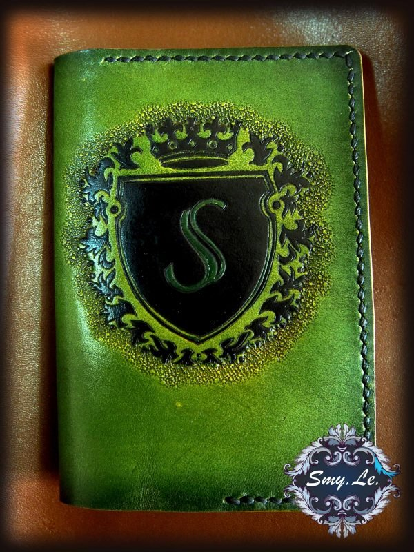 Кожаная обложка на паспорт Фирменный логотип фото