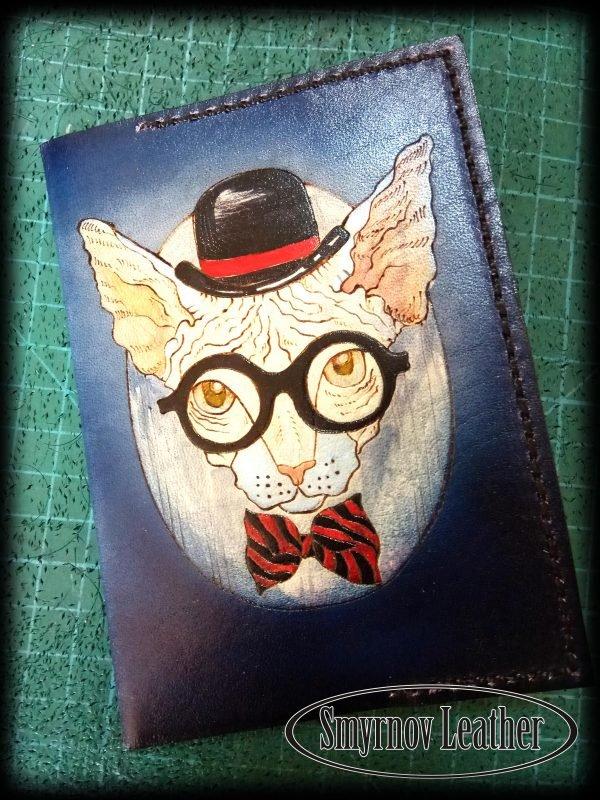 Кожаная обложка на паспорт Сфинкс в очках фото