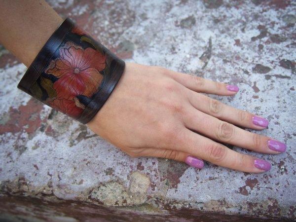 Кожаный браслет Красные цветы