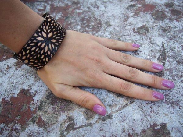 Кожаный браслет Цветы