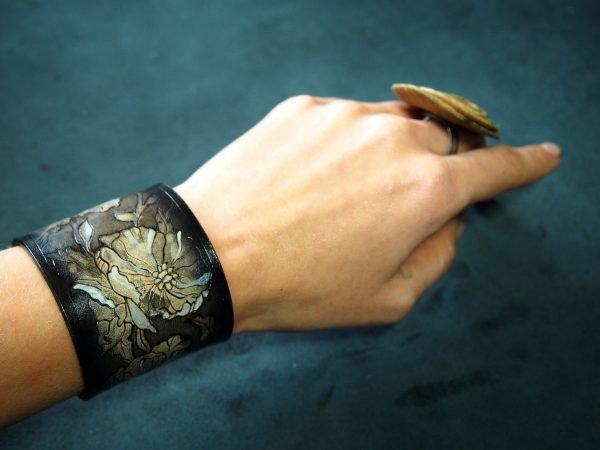 Кожаный браслет Цветы 1