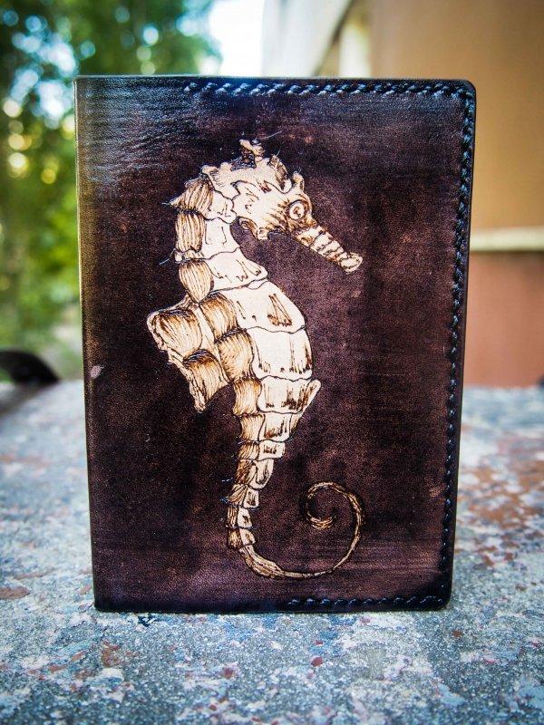 кожаная обложка на паспорт морской конек фото 3