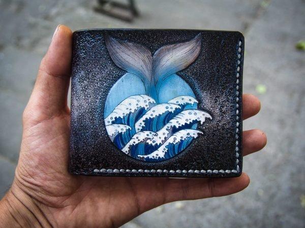 кожаный бумажник с китом фото 1