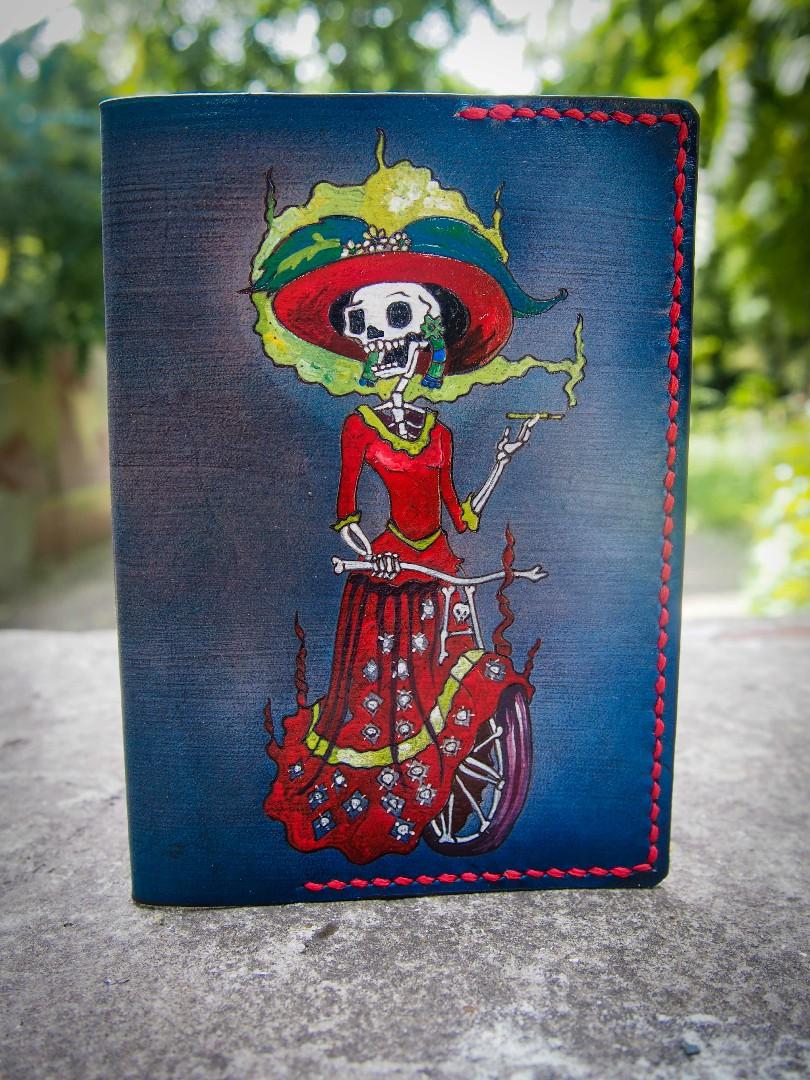 женская кожаная обложка на паспорт дама фото 1