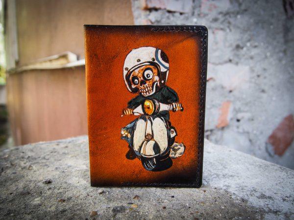 кожаная обложка на паспорт гонщик на мопеде фото