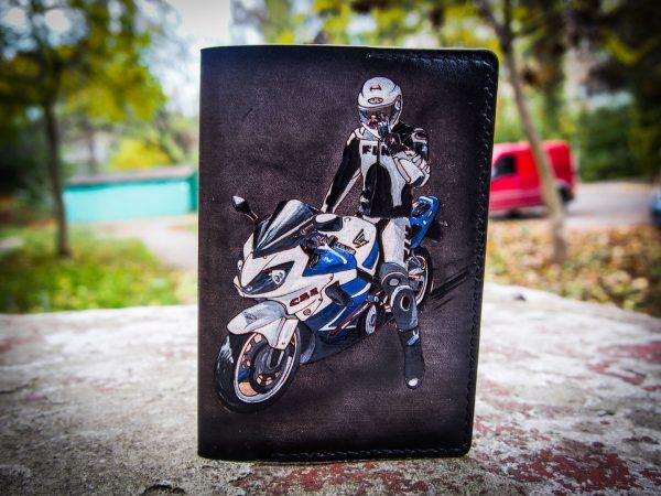 кожаная обложка на паспорт мотоциклист спортовод фото