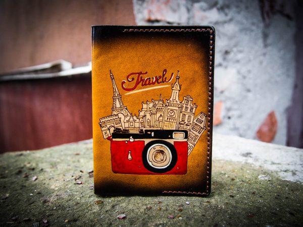 кожаная обложка на паспорт с фотоаппаратом