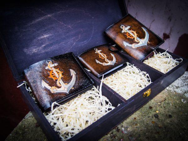 подарочный набор кожаных изделий на морскую тематику с якорем фото