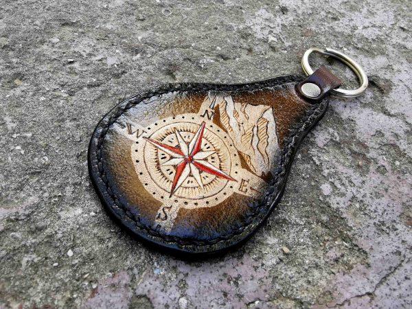 кожаный брелок с компасом фото 1
