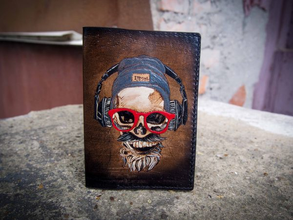 Кожаная обложка на паспорт с черепом изображение