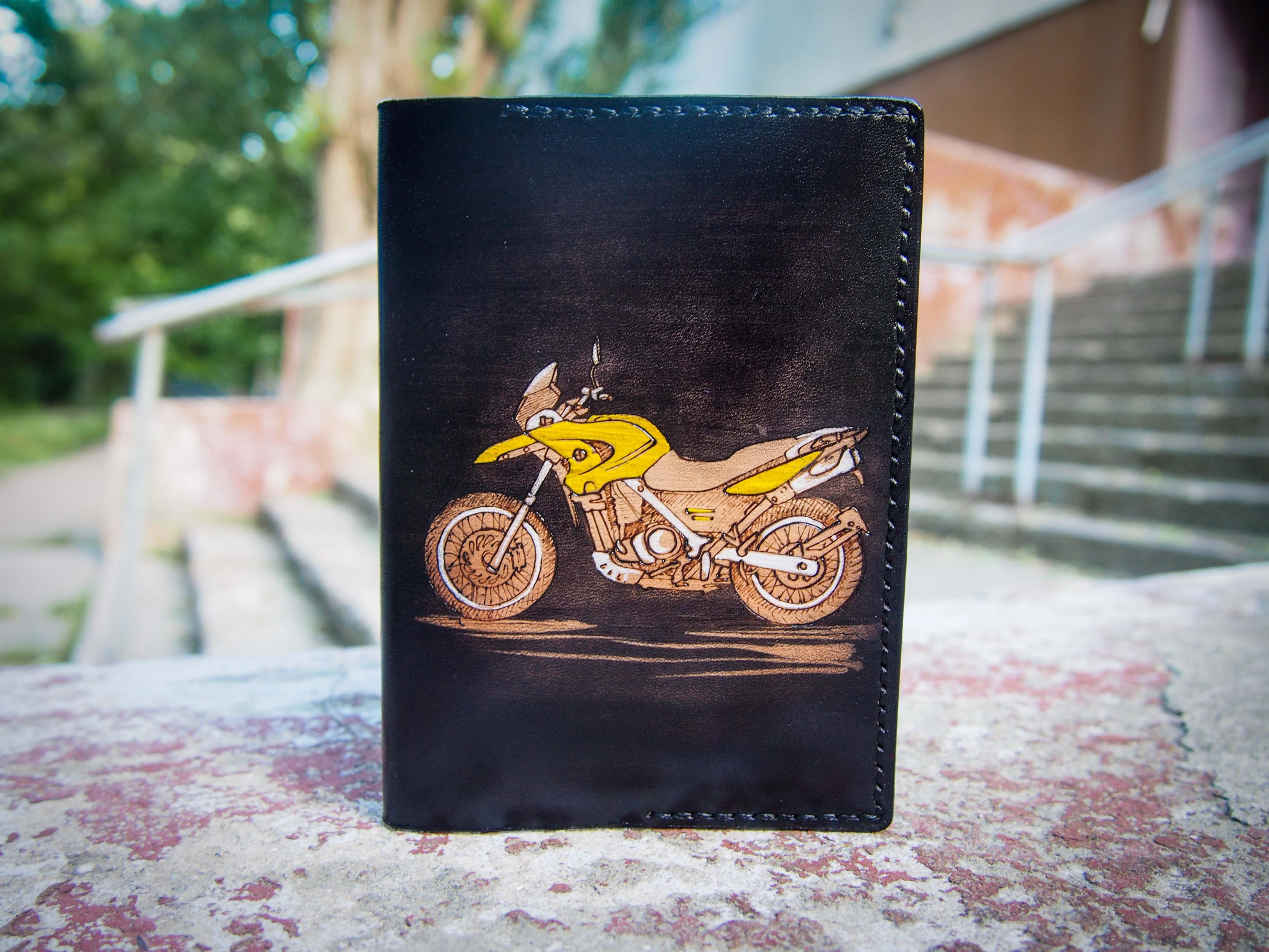 кожаная обложка на паспорт с мотоциклом изображение 1