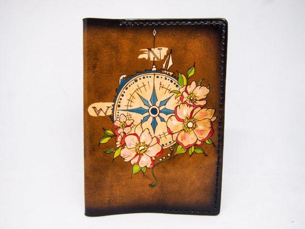 кожаная обложка на паспорт с компасом и цветами фото