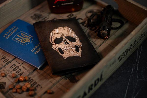 черный кожаный чехол на паспорт с черепом фото 1