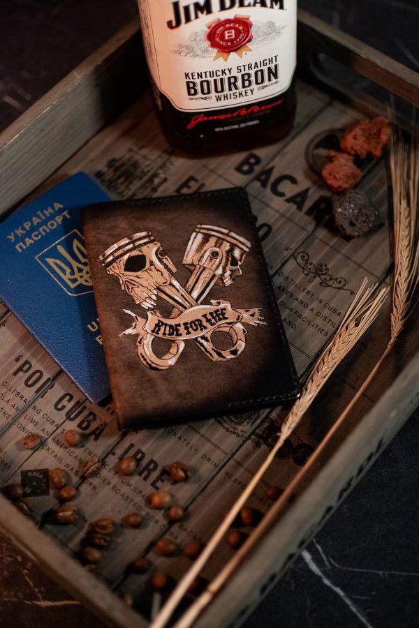 мужская кожаная обложка для паспорта с черепом фото 1