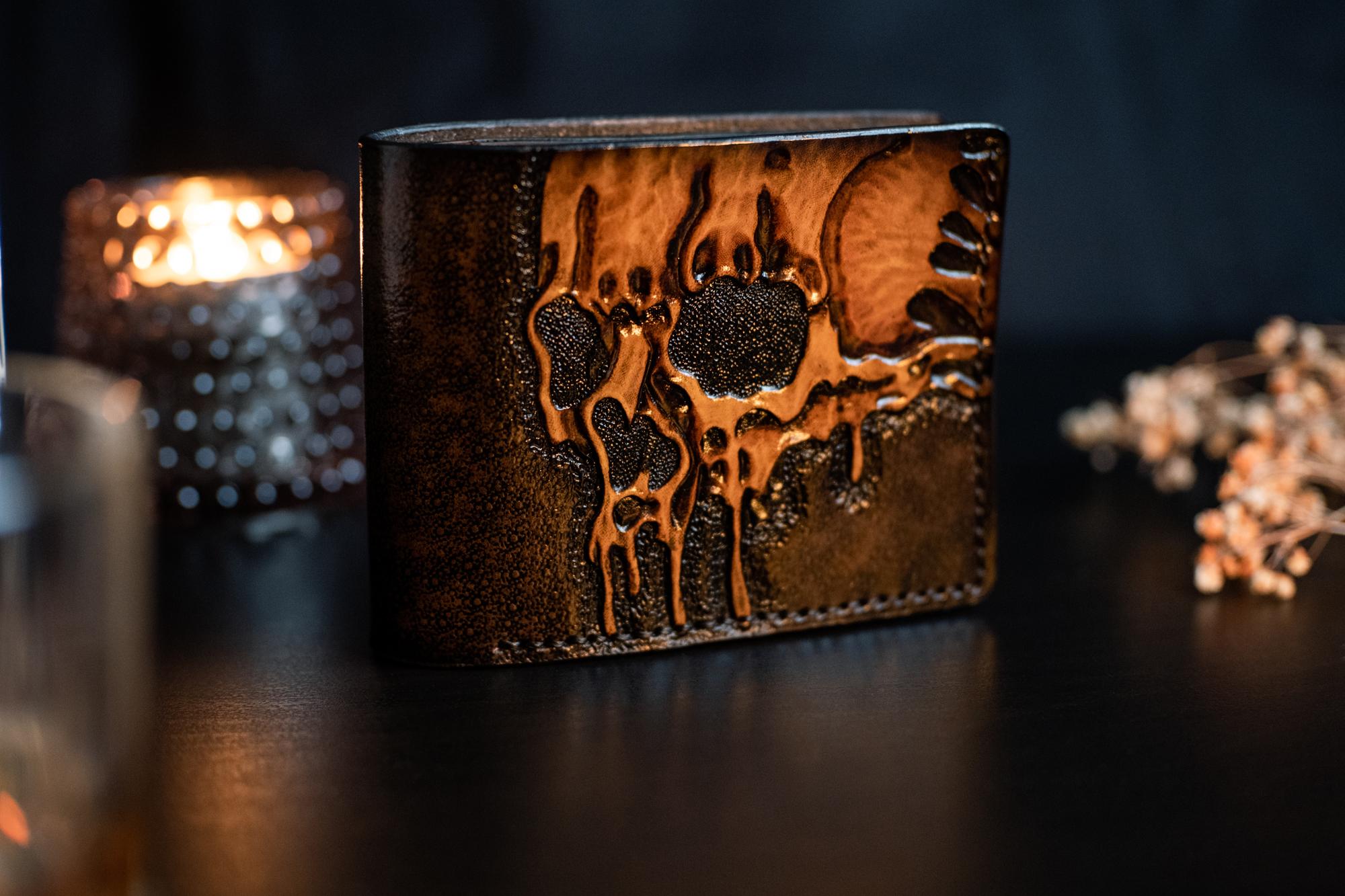 кожаный коричневый бумажник в тиснении череп фото 2